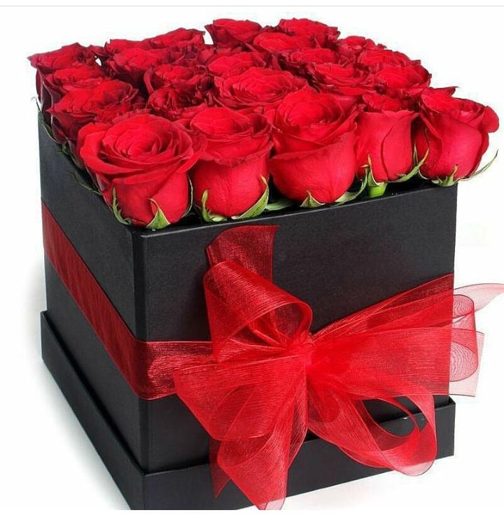 Caja cuadrada negra, roja o beyge con rosas rojas